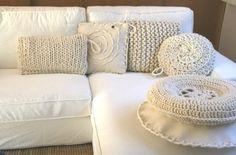 Leuke gebreide witte kussens op de bank