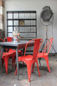 4 ancienne Chaise TOLIX Xavier Pauchard rouge des annees 50 Industrial Farmhouse, Vintage Industrial, Residential Interior Design, Red Interiors, My Dream Home, House Colors, Furniture Design, Dining Chairs, Chairs