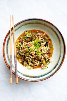 Culy Homemade: pittige dan dan noodles met pulled oats - Culy.nl Plant Based Recipes, Veggie Recipes, Asian Recipes, Ethnic Recipes, Japchae, Love Food, Noodles, Veggies, Pasta