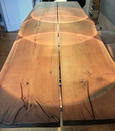 Tisch realisiert mit zwei Planken in Massivholz mit Naturkante. Verfügbar in Eiche oder Nuss mit Knoten. Andere Hölzer auf Anfrage und nach Verfügbarkeit. Das Gestell kann in Roheisen geölt oder...