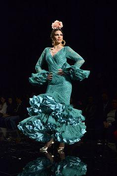 Noelia López abrió el desfile de Amparo Maciá con esta primaveral propuesta. Moda Flamenca vía Sevilla Magazine