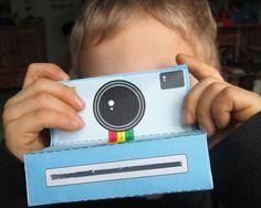 Ganz einfach eine Kinder Kamera basteln. Hier bekommst du eine kostenlose Bastelvorlage, für die Kamera und die Fotos. Jetzt Bastelvorlage runterladen!