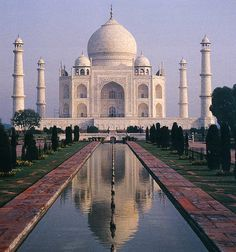 """El Taj Mahal, o """"la Corona del Palacio"""".  El Taj Mahal no es solo una de las maravillas del mundo moderno, es mucho más. Este complejo de edificios construido entre 1631 y 1654 en la ciudad de Agra (India) por un emperador como mausoleo para su esposa favorita, encierra detrás todo un monumento a una historia de amor."""