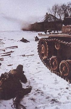 Late German soldiers advance under fire, with a Panzer III covering them. Battle Of Moscow, Operation Barbarossa, Ww2 Tanks, War Photography, German Army, Military History, Colorful Pictures, 2 Colours, World War Ii