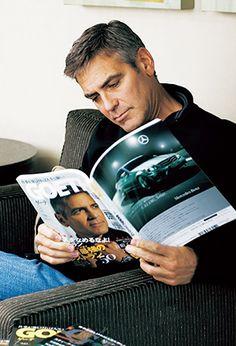2008年5月号での「ゲーテ」取材時、これまでの自身が登場した誌面をめくるジョージ・クルーニー氏