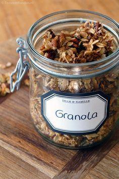 glutenvrije granola zonder suiker 125gr GV havermout + 125gr gemalen noten (pecan-pistache-amandel) + 1,5el sesamzaad + 25gr geraspte kokos + 1tl kaneel + 2el ahornsiroop  --> mengen met 30gr gesmolten kokosolie  --> 20min bakken in voorverwarmde oven op 180° --> laten afkoelen en naar smaak gedroogde rozijnen en stukjes dadel toevoegen