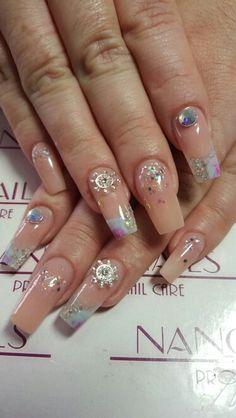 Uñas acrilicas punta bailarina con cover pink, relieve por dentro, acrilico escarchado, joyeria de ancla, cristales grandes