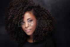 pelo afro: Primer retrato de la belleza de la muchacha joven afroamericana con maquillaje afro y el glamour. Foto de archivo