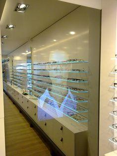TVscherm in Spiegel #optometrist #opticien # etalage #showroom