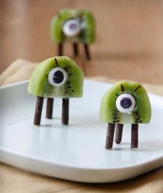 Kiwi and chocolate martians by Adorable monster snack for kids birthday or everyday treat! Food Art For Kids, Fun Snacks For Kids, Cooking With Kids, Toddler Meals, Kids Meals, Cute Food, Good Food, Funny Food, Food Humor