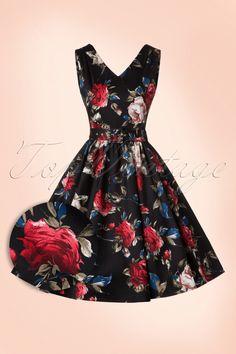 Deze50s Petal Roses Swing Dress ademt elegantie!  Deze classy jurk heeft een prachtige aansluitende top en loopt vanaf de taille uit in een volle swing rok voor een mooi vrouwelijk silhouet, oh la la. Uitgevoerd in een luchtige, licht stretchy, zwarte katoenmix met een adembenemend mooie print van rode rozen met subtiele donkerblauwe en witte accenten. Match met zwart lak voor een sophisticated look, très chique!   V-halslijn aan de voorzijde V-halslijn aan de achterzijde ...