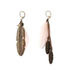 Boucles asymétriques plumes naturelles rose poudrées et plumes laiton.Longueur : 8 cmGarantie sans nickelUn bijoux signé apoi