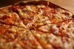 Již deset let doma peču tuto úžasnou tenkou pizzu . V té době si recept na těsto  všichni střežili jako oko v hlavě a já jej objevila ... Czech Recipes, Ethnic Recipes, Super Pizza, Good Food, Yummy Food, Bread Machine Recipes, Main Meals, Macaroni And Cheese, Food And Drink
