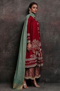Nida Azwer - Red Silk Choga Hand Worked In Zardozi And Resham Pakistani Fashion Casual, Pakistani Wedding Outfits, Pakistani Dress Design, Bridal Outfits, Pakistani Dresses, Indian Dresses, Indian Outfits, Indian Fashion, Pakistani Couture