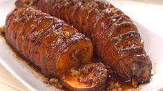 Hasselback maple pecan sweet potatoes It's that time of year when we start craving all the tastes of fall: cinnamon, maple, nuts and, of course, sweet potatoes. Papas Hasselback, Batatas Hasselback, Hasselback Potatoes, Hasselback Chicken, Sliced Potatoes, Baked Potatoes, Crispy Chicken, Roasted Chicken, Appetizers