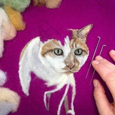Incredibly Lifelike Felt Paintings of Pets and Plants by Dani Ives -You can find Paintings and more on our website.Incredibly Lifelike Felt Paintings of P. Needle Felted Cat, Needle Felted Animals, Felt Animals, Easy Felt Crafts, Felt Crafts Patterns, Felt Pictures, Needle Felting Tutorials, Wool Art, Felt Cat