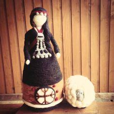 Mapuche Felted Wool Crafts, Felt Crafts, Diy And Crafts, Scrap Fabric Projects, Fabric Scraps, Felt Fairy, Fairy Dolls, Felt Dolls, Needle Felting