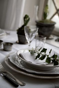 Beautiful table setting from Marie Elisabeth's Rum blog- I need this in my life!