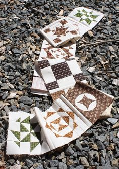 Great tip to make one row at a time complete with sashing to make storage and construction easier :) Temecula Quilt Company: Dear Jane Journal