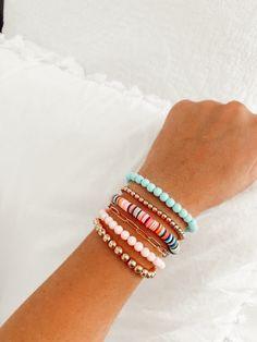 Hand Jewelry, Trendy Jewelry, Jewelry Trends, Jewelry Accessories, Preppy Bracelets, Cute Bracelets, Beaded Bracelets, Beaded Jewelry Designs, Beaded Jewellery