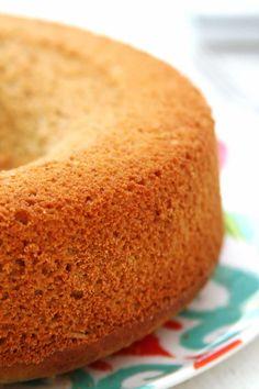 Receita de Bolo de Abacaxi com Coco feito no liquidificador sem glúten e sem lactose. Este bolo fica denso e nutritivo, é delicioso e pode ser congelado.
