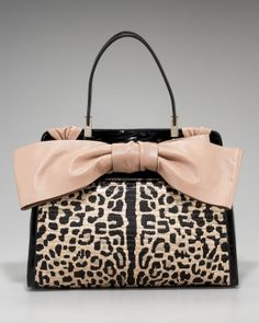 i am in luv with valentino totes! Well im in luv with picture b/c there is no way i will spend 2 grand on a bag