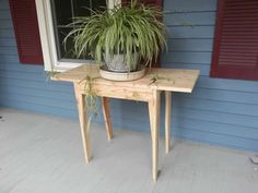 "This side table was built from one skid. [symple_box color=""gray"" fade_in=""false"" float=""center"" text_align=""left"" Website: skidzro ! Repurposed Wood, Recycled Pallets, Wooden Pallets, Pallet Wood, Table Palette, Palette Diy, Pallet Crafts, Diy Pallet Projects, Pallet Ideas"