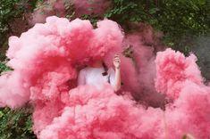 Joanna Keler: Humo de Colores, Globos y Contorsiones
