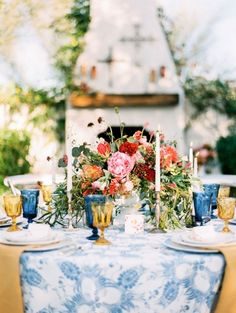 Cheio de cor e vida, a inspiração que encerra o dia segue o estilo espanhol. Amamos as louças escolhidas.    Vejam:http://bit.ly/wed-colorido    #casarei #wedding #casamento