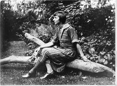 Hannah Höch a été une des rares artistes féminines à participer au mouvement Dada. Comme imprimeur, peintre, collagiste, and photomontagiste, Höch a fait partie de la renaissance intellectuelle de Weimar ainsi que du cercle dadaïste berlinois. Ses oeuvres ont documenté l'agitation politique et sociale issue de la Première Guerre mondiale, ainsi que les problèmes associés à l'accès au vote des femmes, à leur indépendance financière et à leur libération sexuelle.