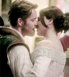 Regina and Robin kissing in Camelot ball #OnceUponATime