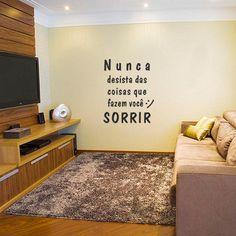 Adesivo de Frase Nunca Desista, é um adesivo decorativo de frase. Frase motivadora para você ter em uma parede, pode ser ela do quarto, sala, corredor ou...