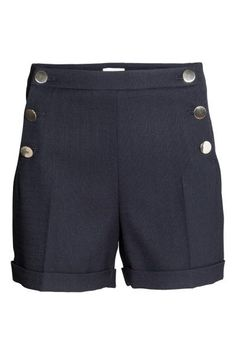 Shorts eleganti: Shorts eleganti in tessuto elasticizzato. Abbottonature sui due lati, di cui una solo decorativa. Tasche a filetto dietro e risvolti cuciti a fondo gamba.