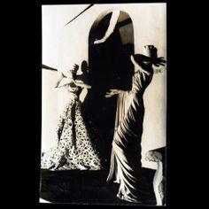 Carte postale photographique ancienne présentant les mannequins de la maison Madeleine Vionnet qui figuraient au Pavillon de l'Elegance à l'exposition internationale des arts et techniques de 1937. La carte porte au verso le cachet du photographe Otto Wols. Les vêtements étaient présentés sur des mannequins Siegel créés par Robert Couturier.