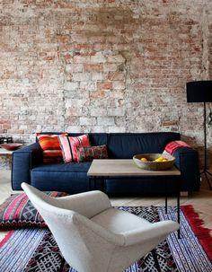 Teppich mit Ethno-Motiven farblich mit den Möbeln abgestimmt