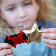 """שמלת רגלן לילדה עם פאטצ'ים מתחלפים של המותג פיזFizz  מחיר: 99 ש""""ח"""