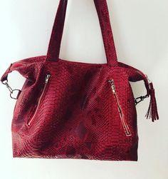 by_lucette Sac Java small 😍 Et de 6 ! Tellement plaisant de coudre ce sac ! Le @patrons_sacotin est très bien fait, impossible de se tromper ! Tissu rouge en simili cuir dragon @craftinemercerie ✂️ À quoi va ressembler le prochain ? 🤔 #javasmall #craftine #sacotin #couture