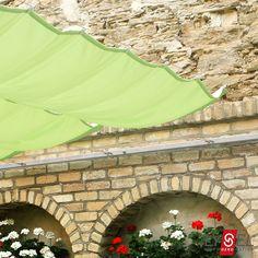 Ein Sonnensegel als modernen Sonnenschutz. Valance Curtains, Houses, Patio, Outdoor Decor, Home Decor, Sun Room, Homes, Decoration Home, Terrace