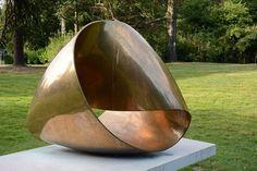 El artista suizo Max Bill concibió la escultura Möbius independientemente de August Möbius, quien la descubrió en 1858.