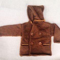 Giaccone bimbo in calda lana con cappuccio, doppio petto con bottoncioni in legno. www.nivescosebelle.it