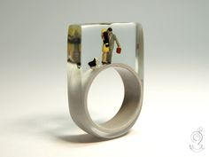 Warm-hearted – romantic lovers ring with kissing mini figures and a cat on a gray ring made of resin  ///// © Isabell Kiefhaber www.geschmeideunterteck.de