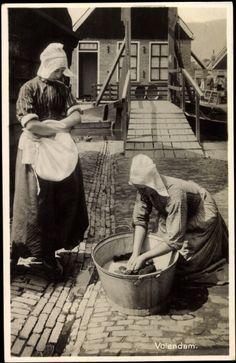 Postcard Volendam Niederlande♥, Frauen in Trachten bei der Wäsche