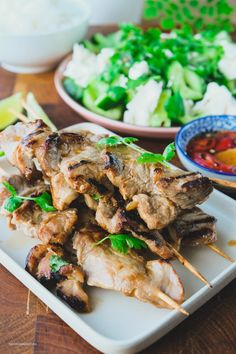 Thaimarinerte grillspyd med agurk og fetaost salat