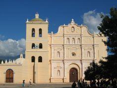 """La Catedral """"Inmaculada Concepción"""" de Comayagua, fue construida entre 1634 y 1715. Datos revelan que en 1562, el Obispo Fray Jerónimo de Corella traslada la catedral desde la ciudad de Trujillo a la ciudad colonial de Comayagua. De arquitectura colonial es uno de los monumentos históricos que constituyen el patrimonio cultural de nuestro país. En la torre de su campanario, se encuentra un reloj traído desde la Alhambra, España, el cual es uno de los relojes más antiguos de toda América…"""