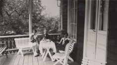 Klockan två dracks kaffe på verandan.