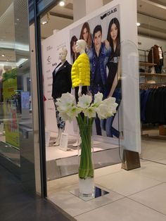 kwiatowe dekoracje na wystawie sklepu