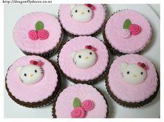 Cupcakes decorados con base pastillaje texturizado y motivos flores y carita H.K