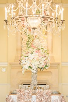 Romantic Wedding Centerpieces with Glamour - photo: Thisbe Grace Photography via Strictly Weddings Romantic Wedding Centerpieces, Wedding Reception Flowers, Romantic Weddings, Reception Decorations, Temple Wedding, Mod Wedding, Wedding Shoot, Floral Wedding, Wedding Gold