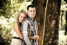Outdoor engagement session - Initial carved in the tree