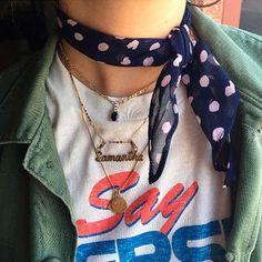 Camisetas básicas, nossa companheira confortável e estilosa do dia a dia. Eu não dispenso e creio que muitas de vocês também não. E como a ideia é sempre buscar inspiração para variar as produções com as roupas que temos no armário, lá vamos nós com mais uma dica simples…